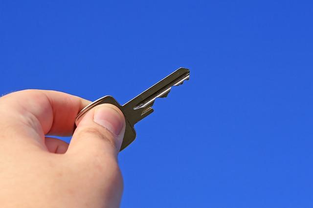 ruka držící klíč od domu