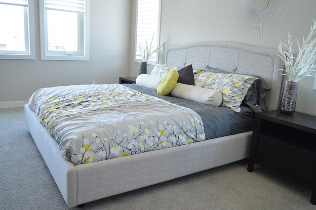 Prostorná postel