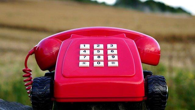 starý červený telefon